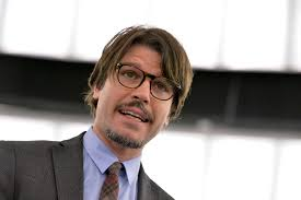 M5 stelle altro provvedimento drastico nei confronti dell'Europarlamentare Ignazio Corrao un mese di sospensione