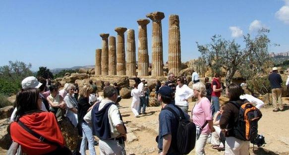 Turisti-nella-Valle-dei-templi-di-Agrigento