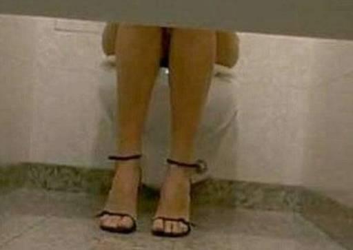 Palermo denunciato uomo che piazzava microtelecamera nel bagno delle donne - Ragazze al bagno ...