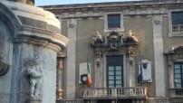 Comune di Catania, foto con Municipio e davanti la statua dell'Elefante di piazza Duomo