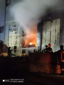 Agrigento notte di fuoco in un magazzino di imballaggi alimentari in via Unità di Italia. Carabinieri e vigili evacuano l'intero palazzo.( Fotogallery)